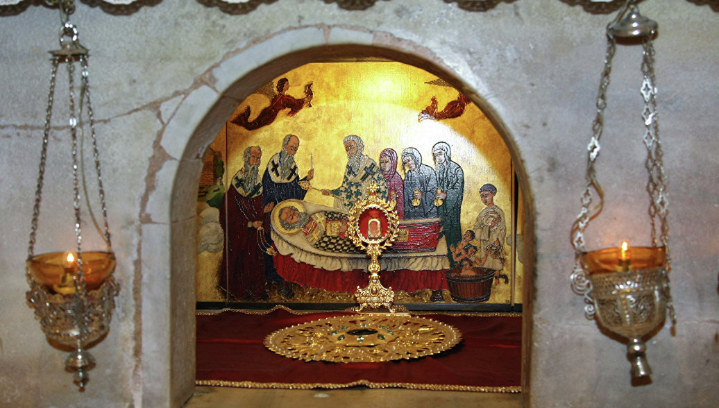 Мраморный престол над мощами Николая Чудотворца