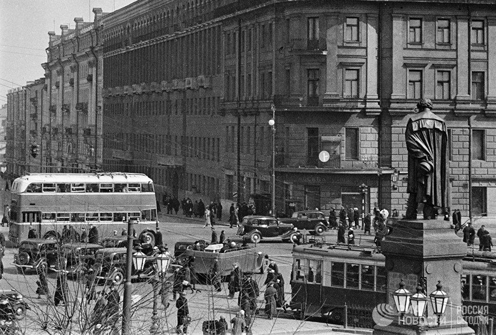 Троллейбус ЯТБ-3 на Тверском бульваре. Москва, 1939 год.