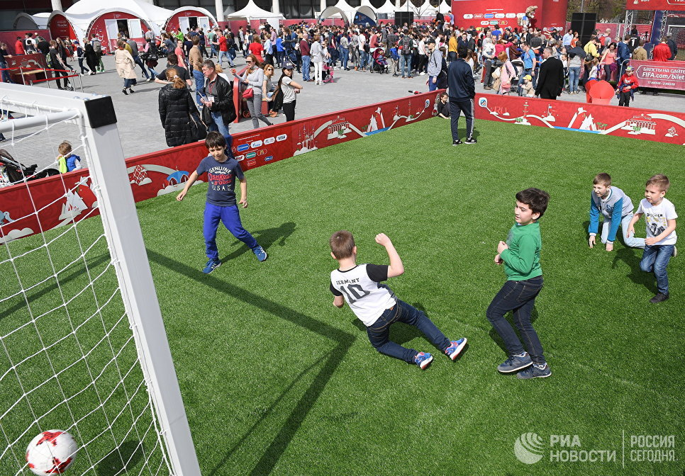 Дети играют в футбол на церемонии открытия Парка Кубка Конфедераций 2017 на территории парка искусств Музеон