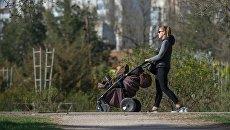 Женщина с коляской. Архивное фото