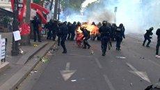 Огонь и дым на улицах Парижа: столкновения протестующих с полицией 1 мая