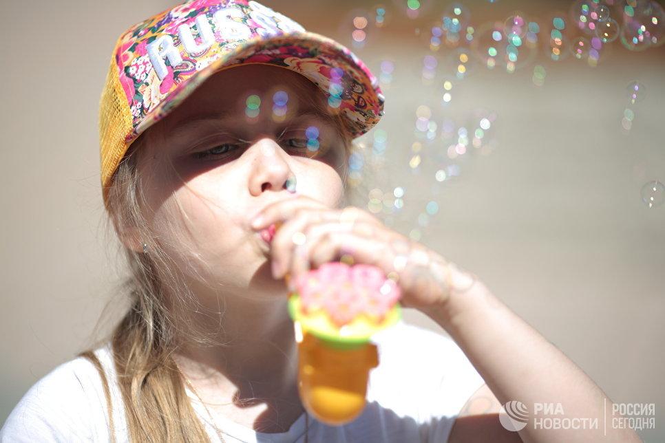 Девочка запускает мыльные пузыри в Евпатории