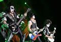 Музыканты группы Kiss Джин Симмонс, Пол Стэнли и Томми Тайер выступают на концерте в СК Олимпийский в Москве
