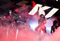 Музыканты группы Kiss выступают на концерте в СК Олимпийский в Москве