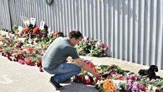 Мужчина возлагает цветы во время акции в память о погибших при пожаре в Доме профсоюзов на площади Куликово поле в Одессе. 2 мая 2017