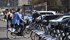 Москвичи возле велопарковки городского общественного проката велосипедов в Москве