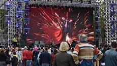 Местные жители во время открытия фан-зоны к Евровидению-2017 на Софийской площади в Киеве