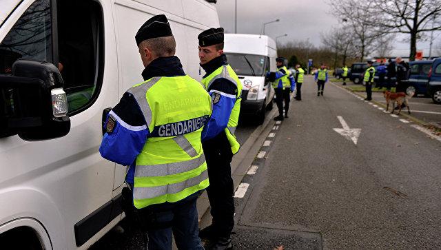 Французские жандармы производят проверку документов. Архивное фото