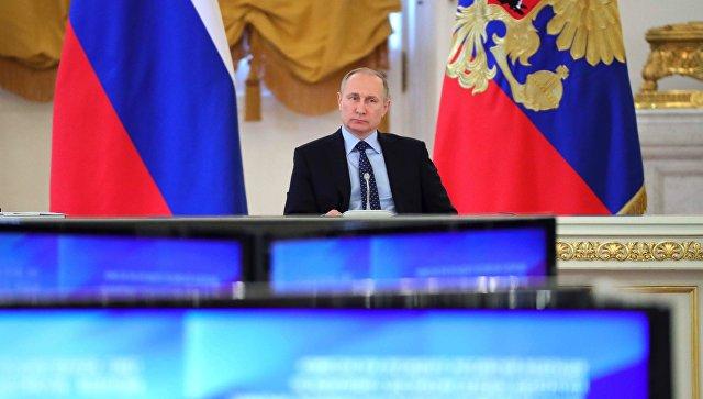 Президент РФ Владимир Путин на совместном заседании Госсовета и Комиссии по мониторингу достижения целевых показателей социально-экономического развития. 4 мая 2017