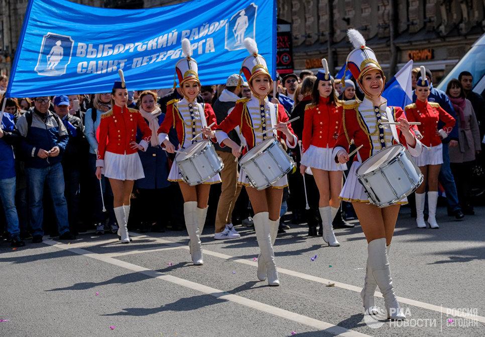 Участники праздничной первомайской демонстрации в Санкт-Петербурге