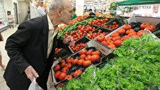 Мужчина выбирает овощи. Архивное фото