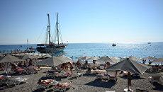 Пляж одного из отелей в Анталье, Турция. Архивное фото