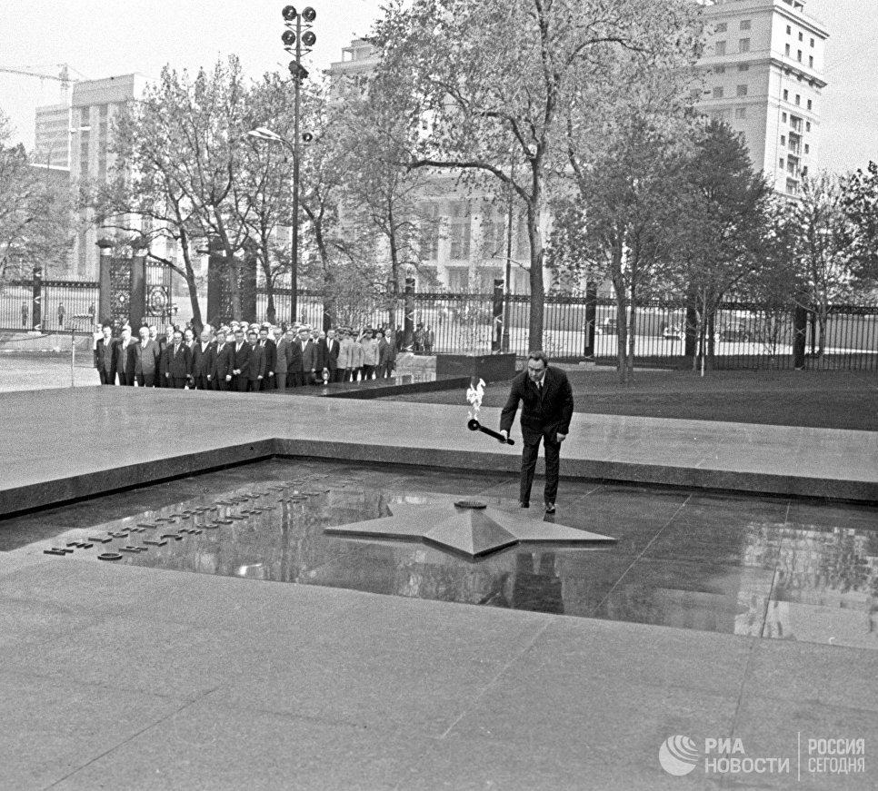 В столицеРФ подчеркнули 50 лет бессрочного огня вАлександровском саду