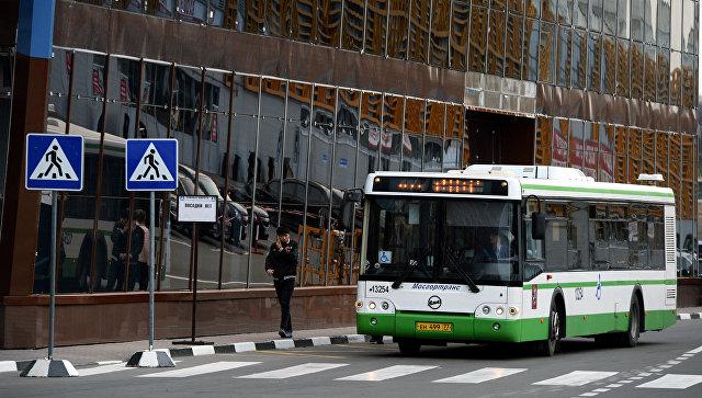 Автобус на одной из улиц Москвы. Архивное фото