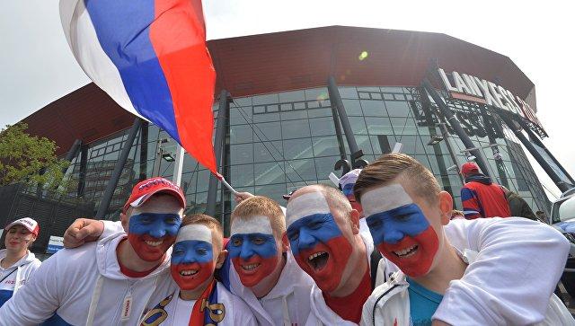 Российские болельщики перед началом матча группового этапа чемпионата мира по хоккею. Архивное фото
