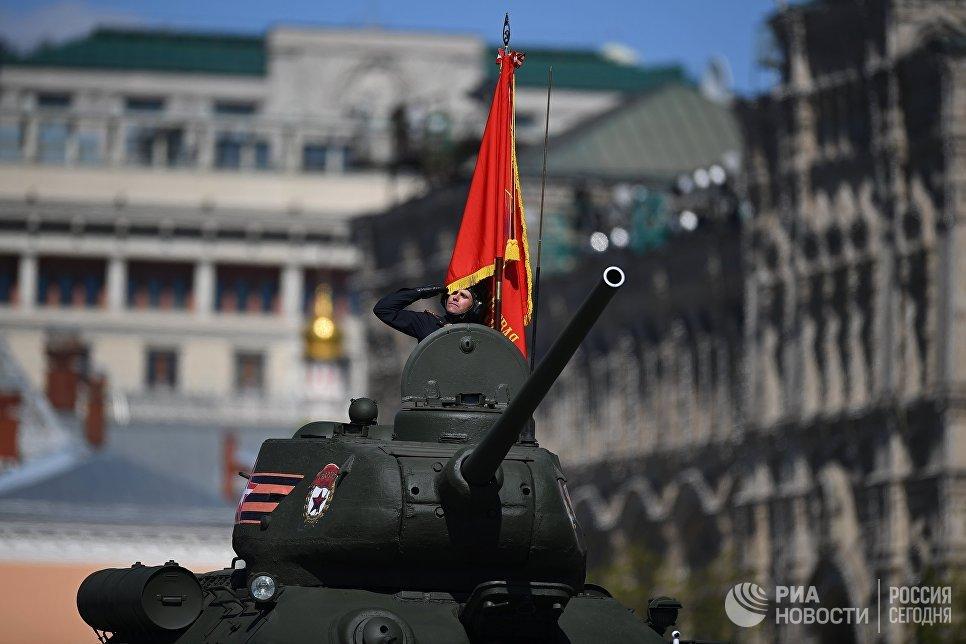 Средний танк Т-34-85 на генеральной репетиции военного парада в Москве