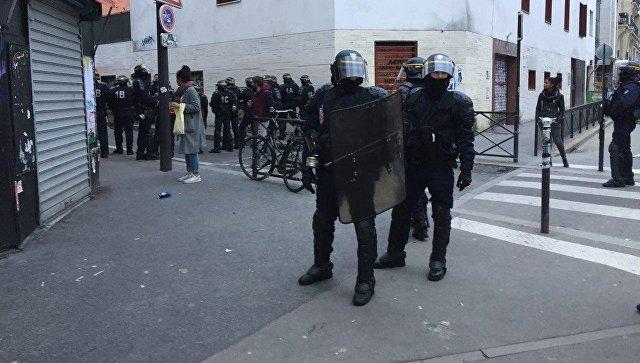 Размещено видео разгона демонстрантов встолице франции слезоточивым газом