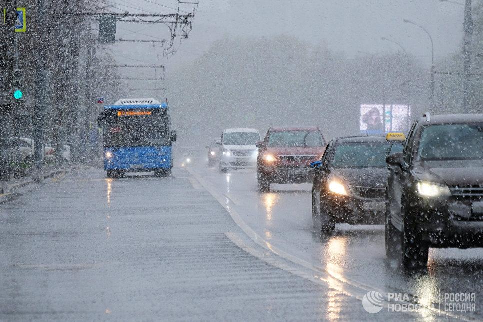 Из-за аномального снегопада в российской столице образовался снежный покров
