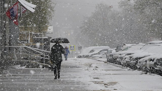 Прохожие во время снегопада в Москве. Архивное фото