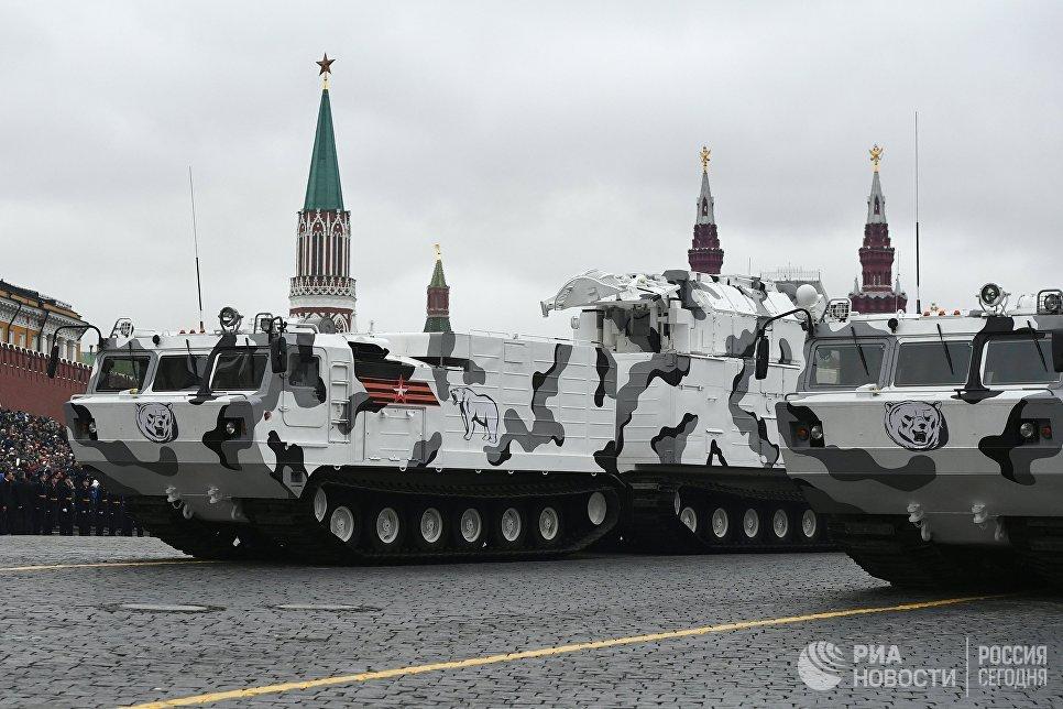 Зенитно-ракетный комплекс Тор М2 на базе вездехода ДТ-30 на военном параде на Красной площади, посвященном 72-й годовщине Победы в Великой Отечественной войне 1941-1945 годов