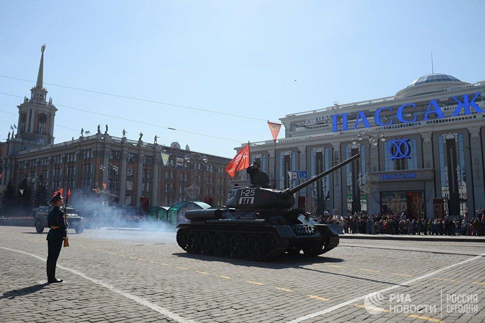 Средний танк Т-34-85 во время военного парада, посвященного 72-й годовщине Победы в Великой Отечественной войне 1941-1945 годов, в Екатеринбурге