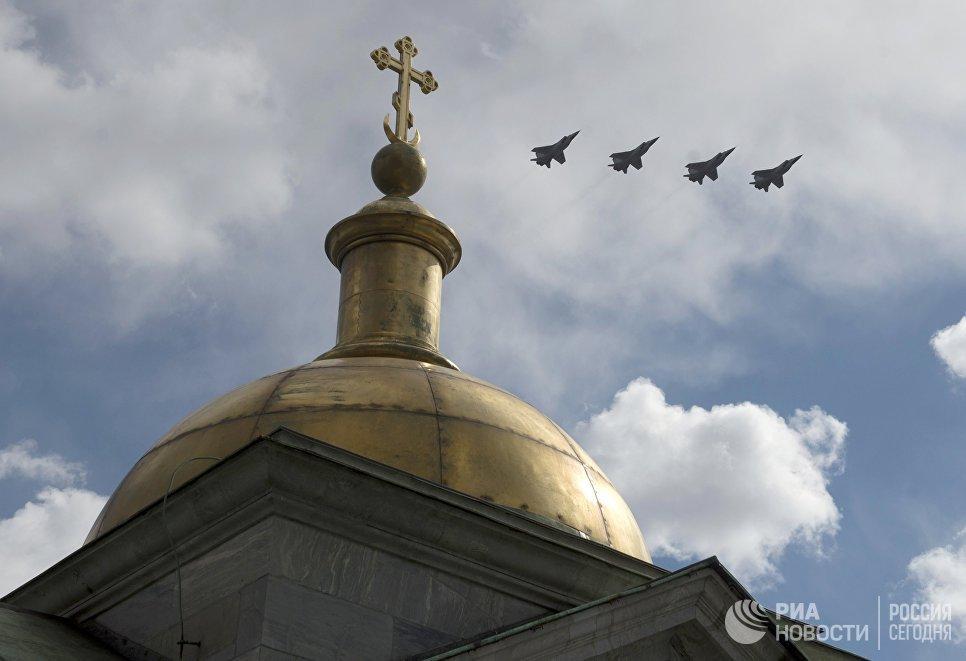 Самолеты-перехватчики МиГ 31 в небе во время военного парада в Санкт-Петербурге, посвящённого 72-й годовщине Победы в Великой Отечественной войне 1941-1945 годов