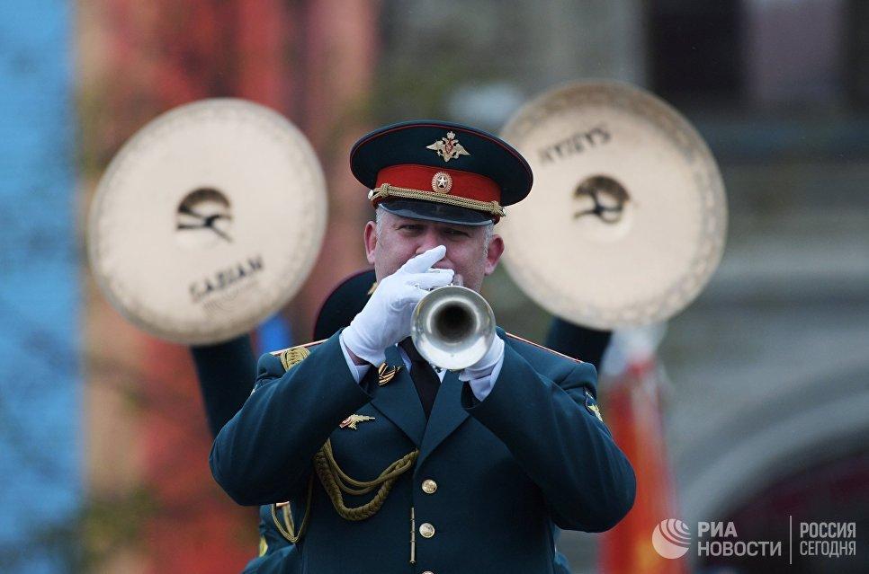 Музыкант на военном параде, посвященном 72-й годовщине Победы в Великой Отечественной войне 1941-1945 годов
