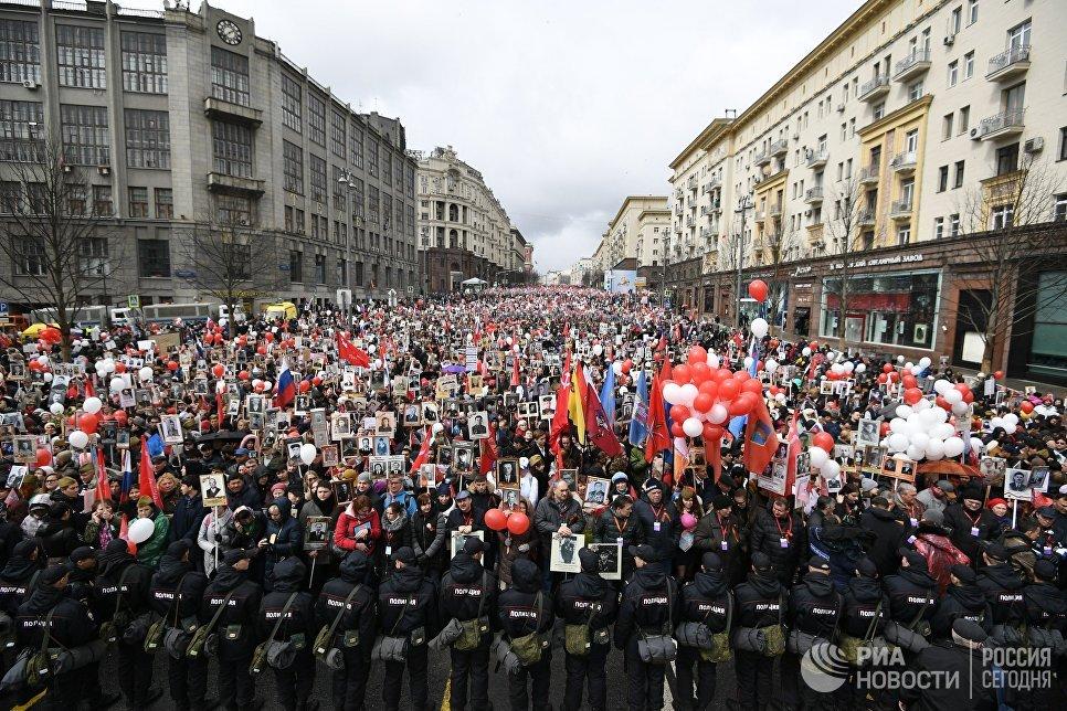 Участники акции Бессмертный полк на Тверской улице в Москве