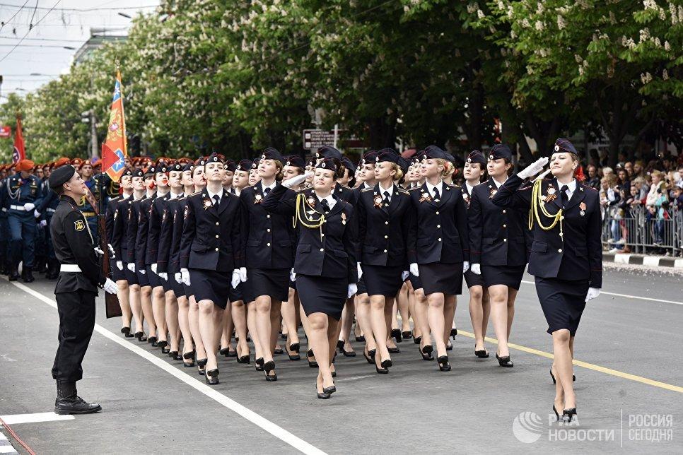 Девушки-курсанты во время военного парада, посвященного 72-й годовщине Победы в Великой Отечественной войне 1941-1945 годов, в Симферополе