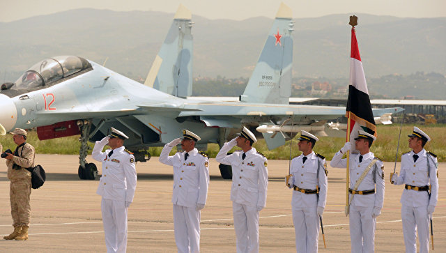 Военнослужащие ВКС России во время парада на авиабазе Хмеймим в Сирии. 9 мая 2017