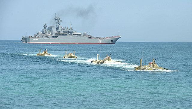 Высадка с большого десантного корабля Цезарь Куников. Архивное фото