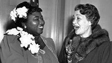 Актриса Хэтти Макдениэл (слева) получила Оскар за Лучшую женскую роль второго плана. 29 февраля 1940 года