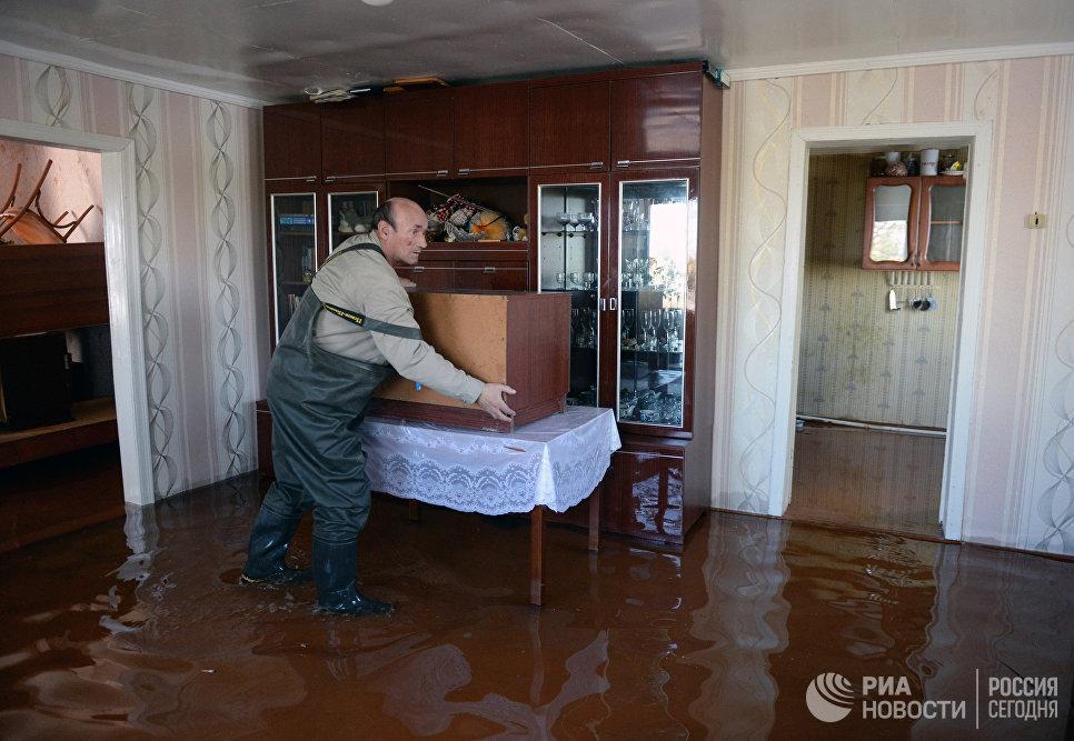 Местные жители эвакуируют мебель и вещи из частного дома в городе Ишим Тюменской области, подтопленного в результате сильного поднятия воды в реках Ишим и Карасуль
