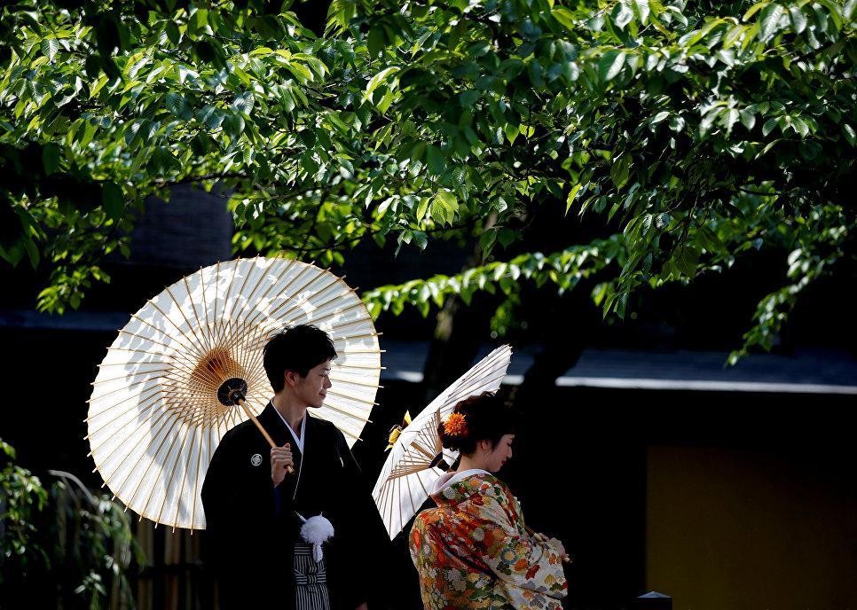 Пара в национальных японский кимоно в Киото. 11 мая 2017 года