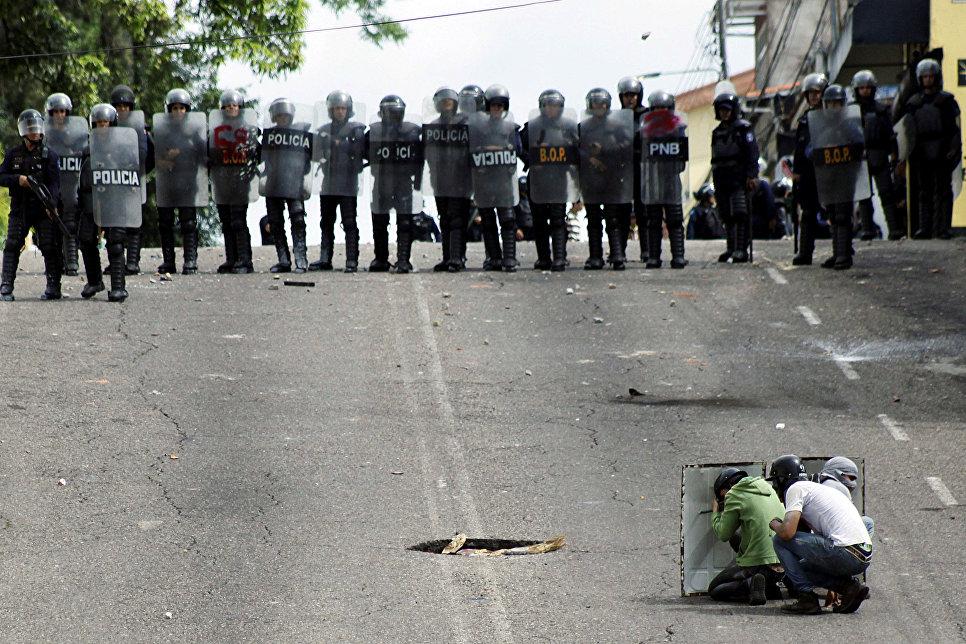 Столкновения демонстрантов с полицией в Сан-Кристобале, Венесуэла