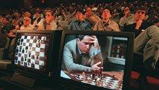 Гарри Каспаров во время игры против компьютера IBM Deep Blue в Нью-Йорке. 4 мая 1997 года