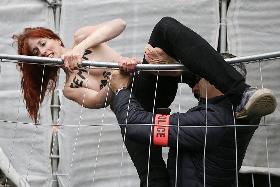 Активистка движения Femen во время акции против кандидата в президенты Марин Ле Пен, Франция