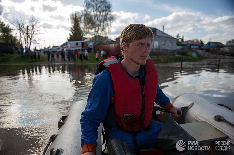 Спасатель МЧС РФ в городе Ишим Тюменской области, подтопленного в результате сильного поднятия воды в реках Ишим и Карасуль