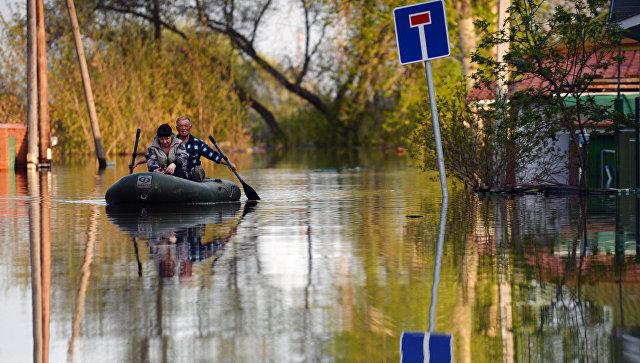 Местные жители в городе Ишим Тюменской области, подтопленном в результате сильного поднятия воды в реках Ишим и Карасуль