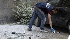 Сотрудник правоохранительных органов на месте взрыва в Риме, Италия. 12 мая 2017