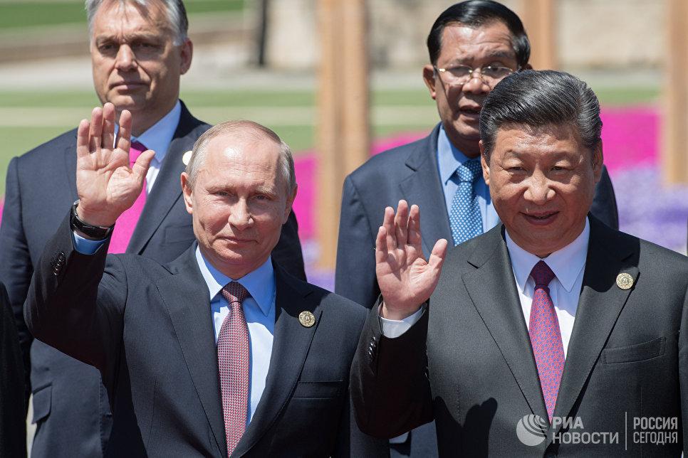 Президент РФ Владимир Путин и председатель КНР Си Цзиньпин на церемонии совместного фотографирования участников круглого стола Международного форума Один пояс, один путь. 15 мая 2017