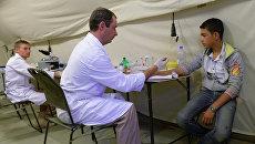 Житель Пальмиры на приеме у российского врача на территории российского госпиталя. Архивное фото