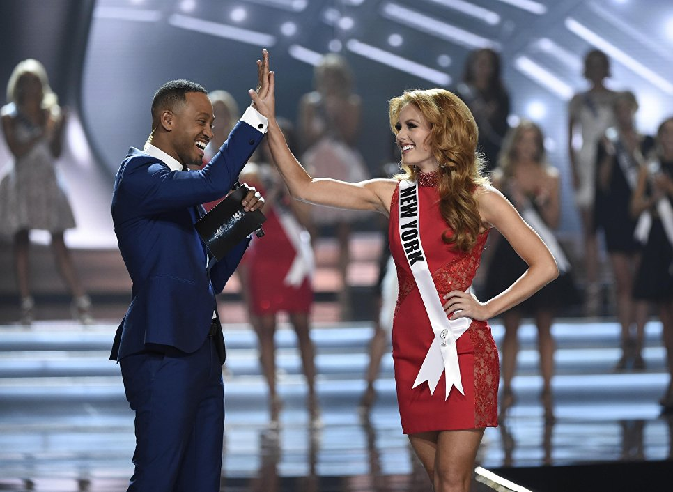 Ведущий Терренс Дженкинс и Мисс Нью-Йорк Ханна Лопа во время конкурса Мисс США в Лас-Вегасе