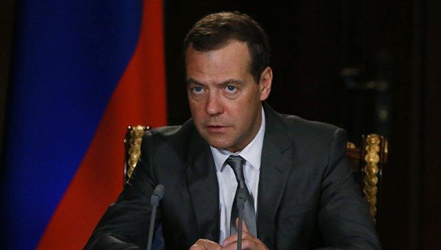 Д. Медведев  поздравил Эдуара Филиппа сназначением