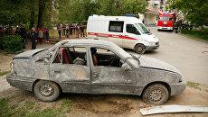 Машина, стоявшая во дворе во время взрыва бытового газа в жилом доме в Волгограде (машину перенесли с места, чтобы облегчить доступ к дому сотрудникам МЧС). Архивное фото