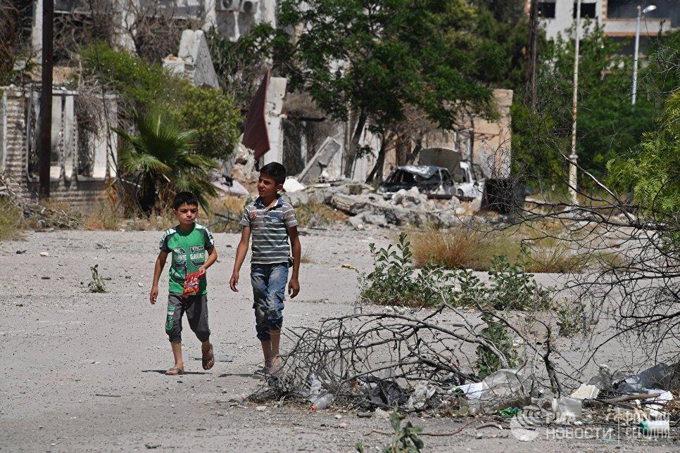 Дети на улице в квартале Кабун в пригороде Дамаска