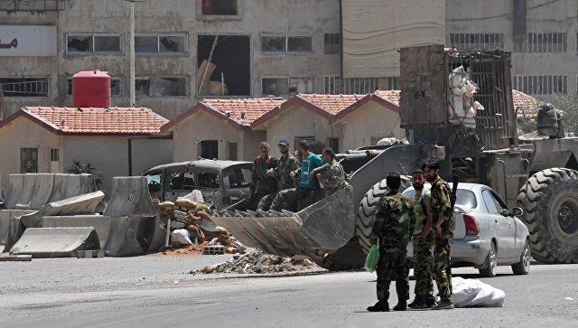 Бойцы на улице в квартале Кабун в пригороде Дамаска. Архивное фото