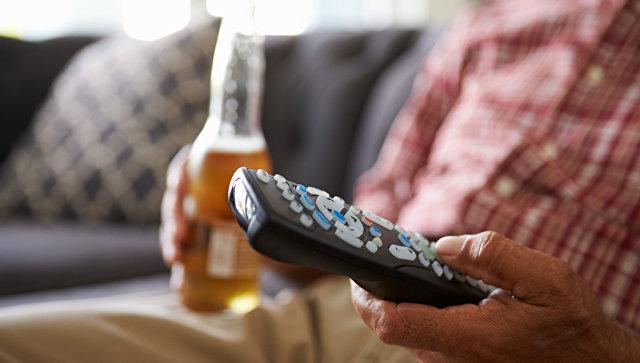 Мужчина с пивом у телевизора. Архивное фото