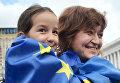 Люди с флагами ЕС и Украины на площади Независимости в Киеве