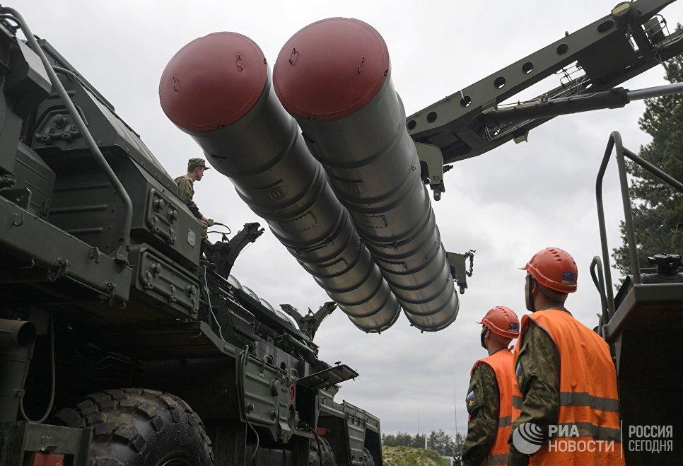 Перезарядка зенитного ракетного комплекса С-400 Триумф во время учений подразделений ракетного полка по выполнению задач боевого дежурства в Московской области